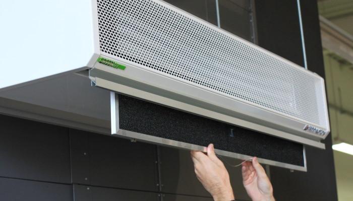 Ilmaverhon suodatinkasetit puhdistetaan imuroimalla säännöllisesti